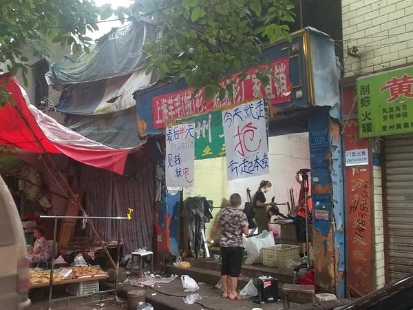 충칭 김원봉 장군 거주지 약산 김원봉 장군은 이곳에서 충칭 생활의 대부분을 보냈다. 현재는 폐업정리 중인 옷가게가 운영 중이다. 이마저도 동네 재개발로 완전히 사라질 위기에 놓여있다.