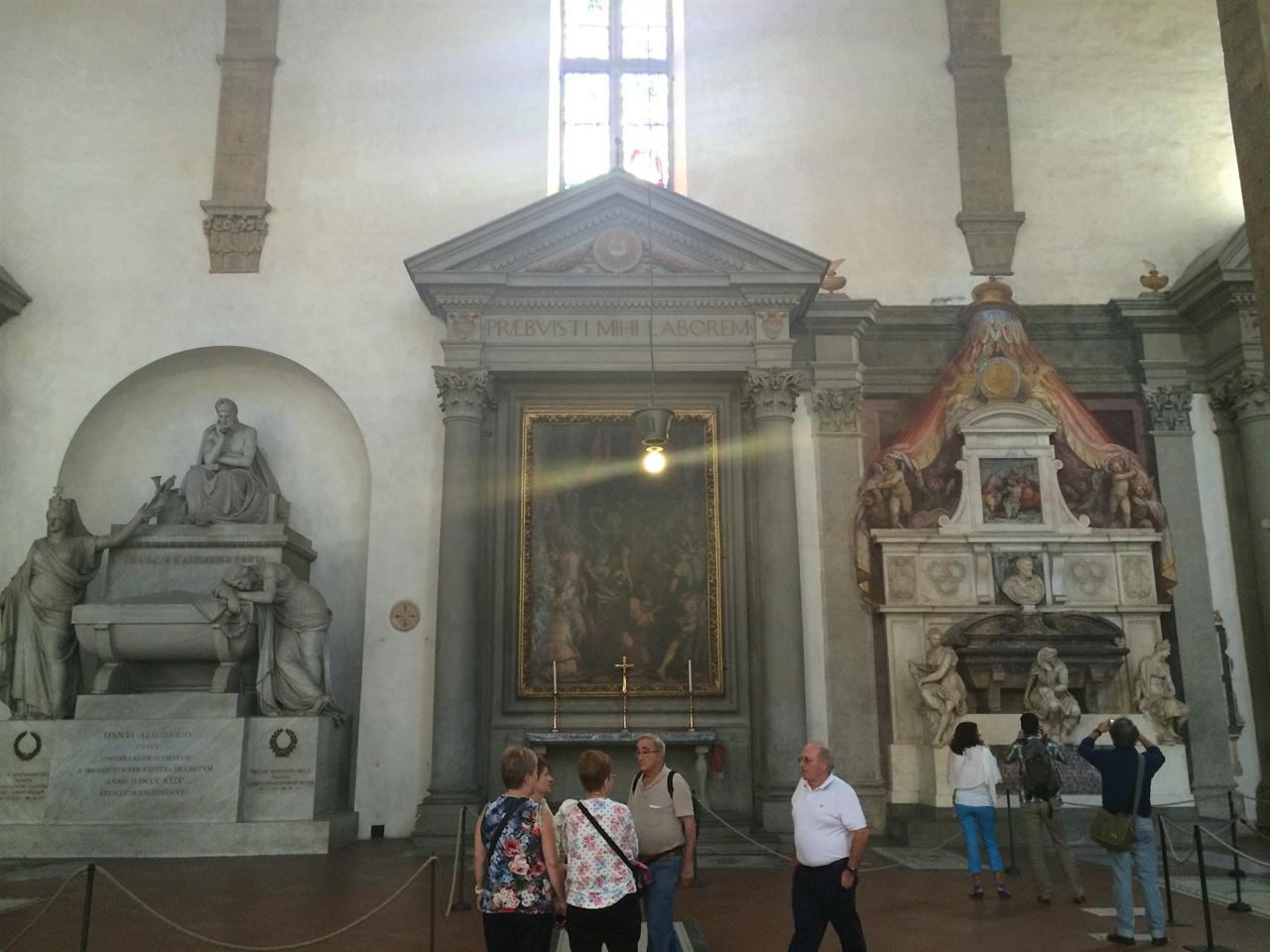 나란히 있는 단테와 미켈란젤로의 무덤   피렌체에 올 때마다 한참이나 이 무덤들을 바라본다.