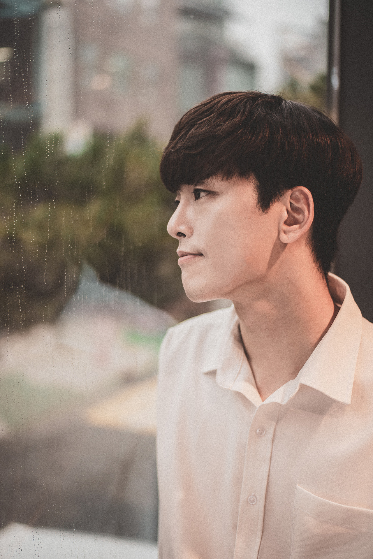 뮤지컬 <6시퇴근>에서 '장보고' 역을 맡은 배우 이동환이 포즈를 취하고 있다.