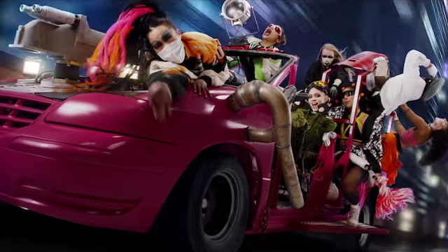 재키와이의 독특한 스타일링은 2015년 캐나다 출신 아티스트 그라임스(Grimes)의 'Kill V. Maim' 뮤직비디오와 언뜻 겹치는 부분이 있다.