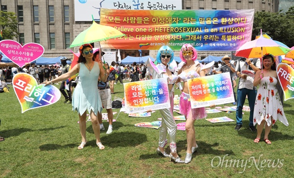 '성소수자들을 지지합니다' 14일 오후 서울 중구 서울광장에서 열린 제19회 서울퀴어문화축제 개막식에 참가자들이 성적지향과 성별정체성은 찬반의 대상이 될 수 없다며 성소수자를 향한 혐오와 차별 반대하고 있다.