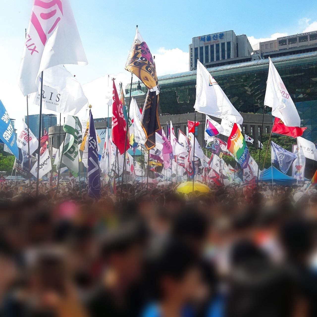 서울퀴어퍼레이드 행진을 기다리는 깃발들 많은 깃발을 든 행사 참가자들이 행진을 기다리고 있다.