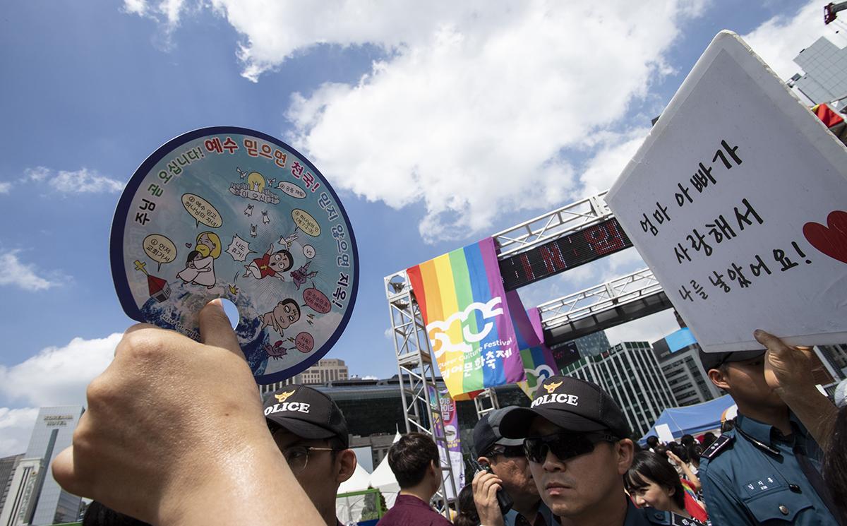 보수 개신교계가 주축인 퀴어반대자들은 시청광장 앞에서 시위를 벌였다. 경찰은 양측의 충돌을 막기 위해 삼엄한 경계를 펼쳤다.