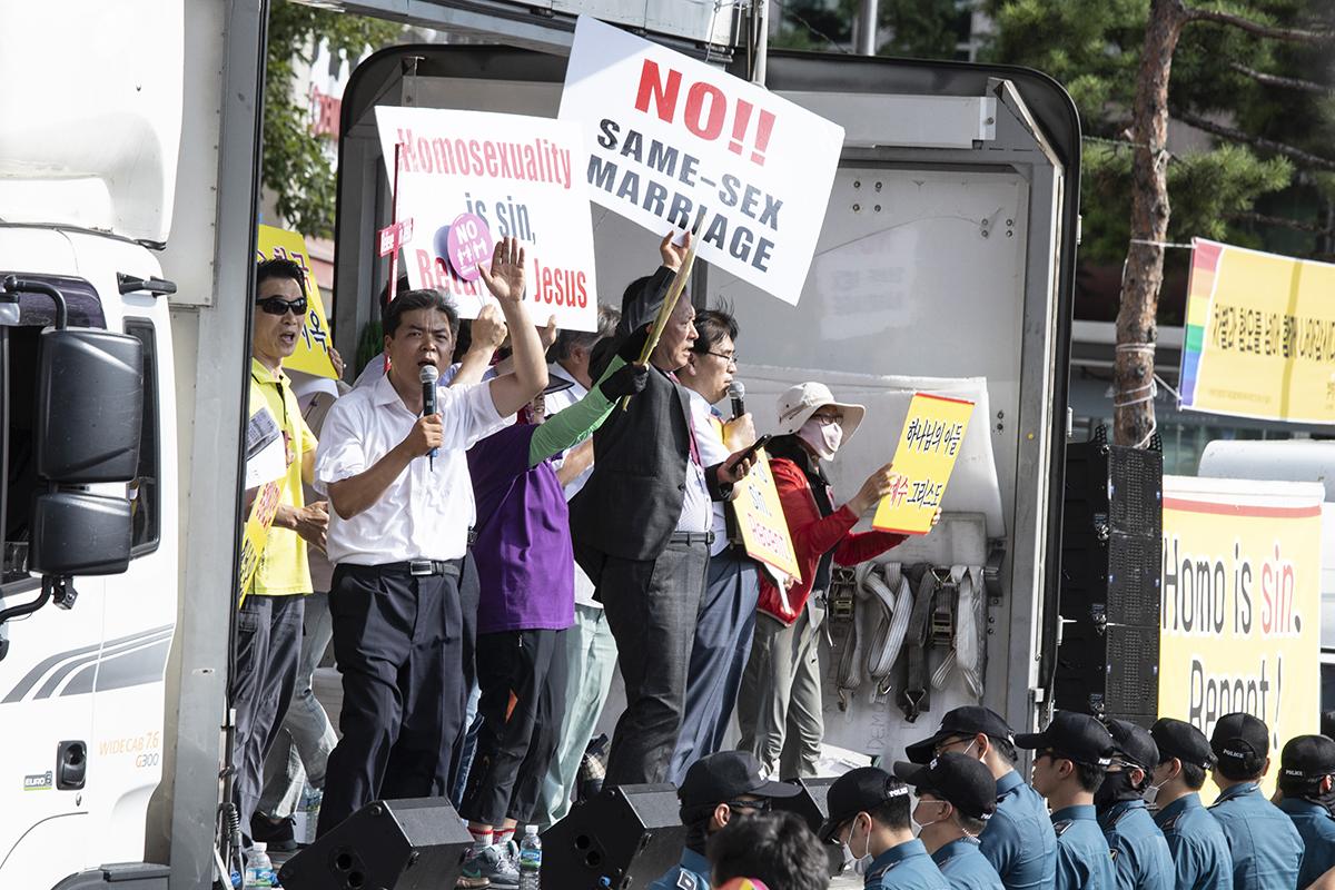 제19회 2018서울퀴어문화축제가 14일 오후 서울광장에서 열린 가운데 보수 개신교인들이 반대집회를 벌이고 있다. 이들은 '동성애는 죄악이다'는 구호를 외쳤다.