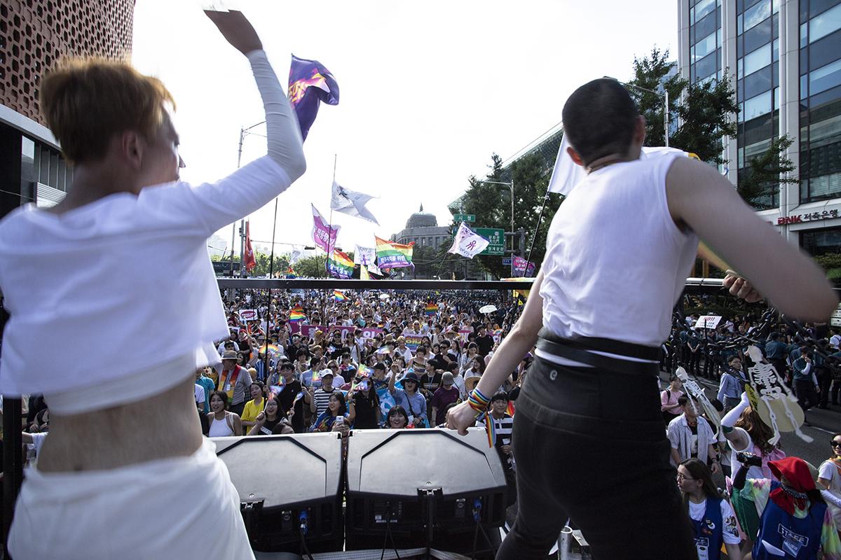 제19회 2018서울퀴어문화축제가 14일 오전 서울광장에서 개막한 가운데, 오후 시청광장을 출발해 행진을 시작했다.