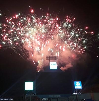 지난 2017년 대구삼성라이온즈파크에서 열렸던 프로야구 올스타전 본 행사 이후 불꽃놀이가 펼쳐지고 있다