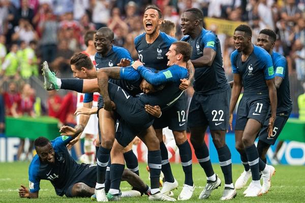 2018 러시아 월드컵 결승전 프랑스-크로아티아 경기 7월 16일 오전 0시(한국시각) 러시아 루즈니키 스타디움에서 벌어진 2018 FIFA(국제축구연맹) 월드컵 결승전 프랑스-크로아티아와의 경기에서 4-2로 이긴 프랑스 선수들이 기뻐하고 있다.
