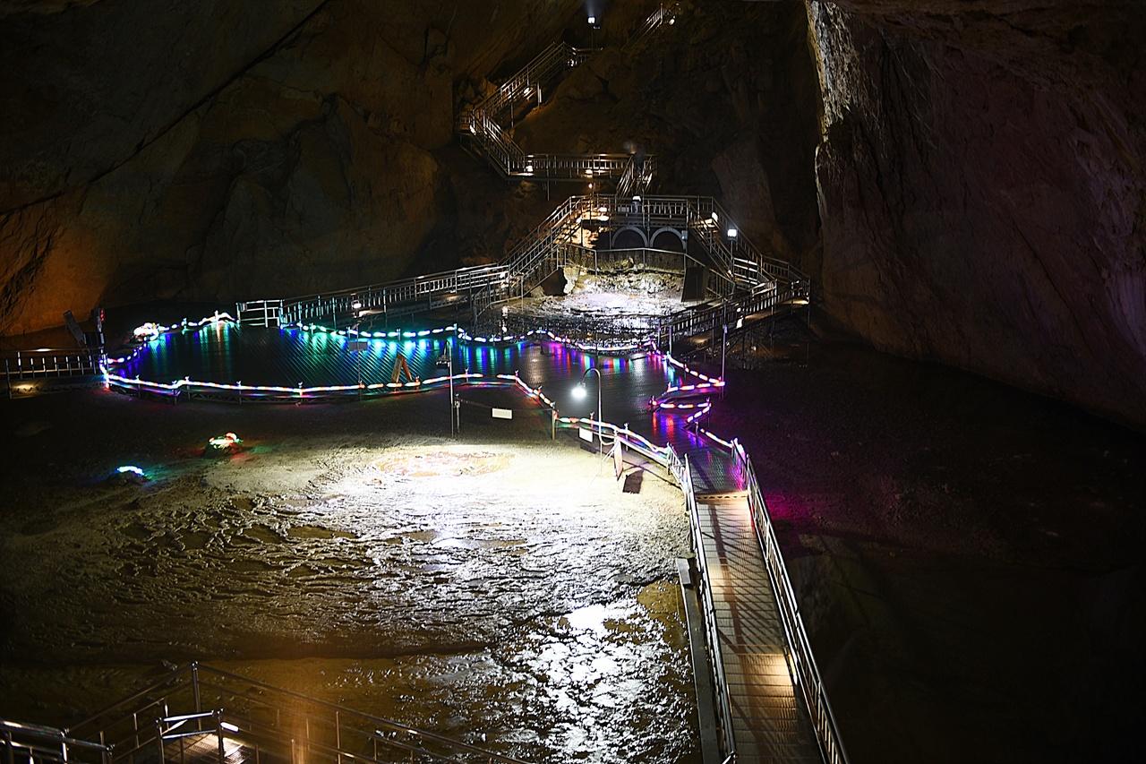 환선굴  동굴만큼 좋은 피서지가 없다. 몸에 해롭지 않은 시원한 바람이 24시간 가동된다.