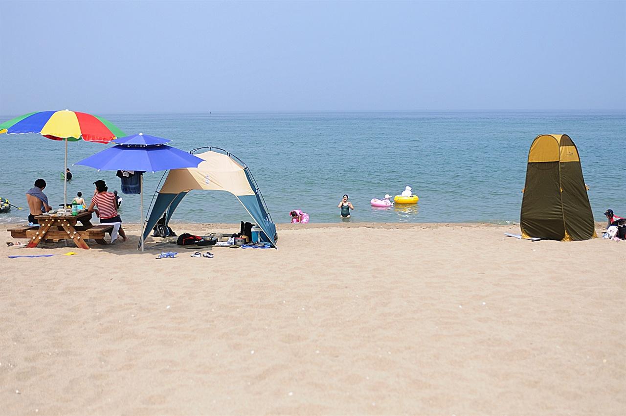 멩방 해변  동해안치고는 경사가 가파르지 않고 수심이 적당하여 물놀이할 수 있는 구간이 제법 된다. 아이들을 데리고 가는 해수욕으로 괜찮다.