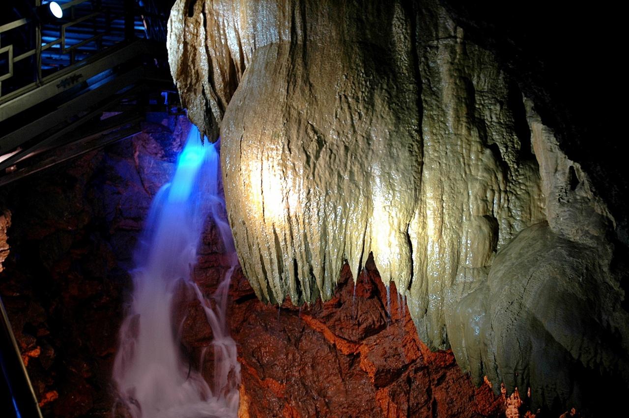 대금굴  동굴은 개방한지 10여 년 정도 지났지만, 예약제로 출입 인원을 제한하고 가이드가 안내하는 구조로 되어 있어 오염이 덜하고 청정함을 유지하고 있다.