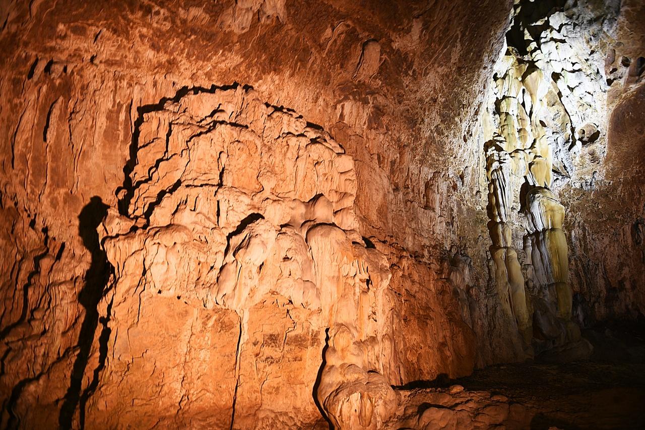 환선굴  동양 최대라는 수식어를 갖고 있는 동굴 답게 규모가 크고 웅장하다.