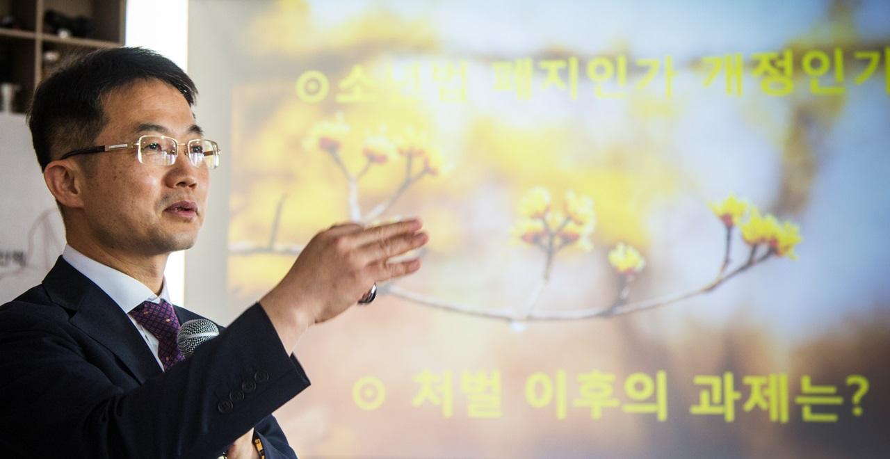 지난 7월, 대전에서 열린 북콘서트에서 소년법에 대해 강연 중인 천종호 판사.