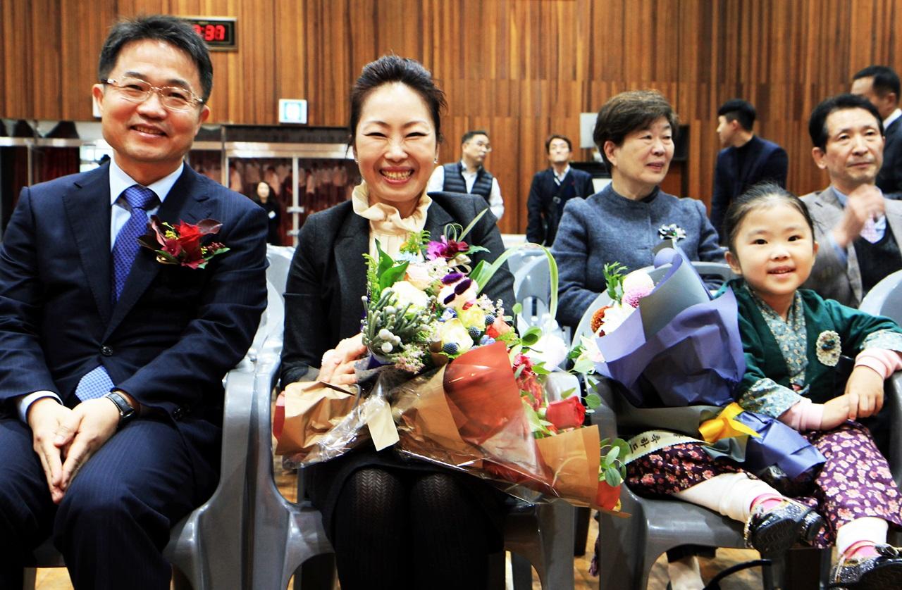 2017년 제12회 영산법률문화상을 수상한 천종호 판사가 그의 아내와 늦둥이 막내딸(7)과 함께 수상의 기쁨을 나누고 있다.