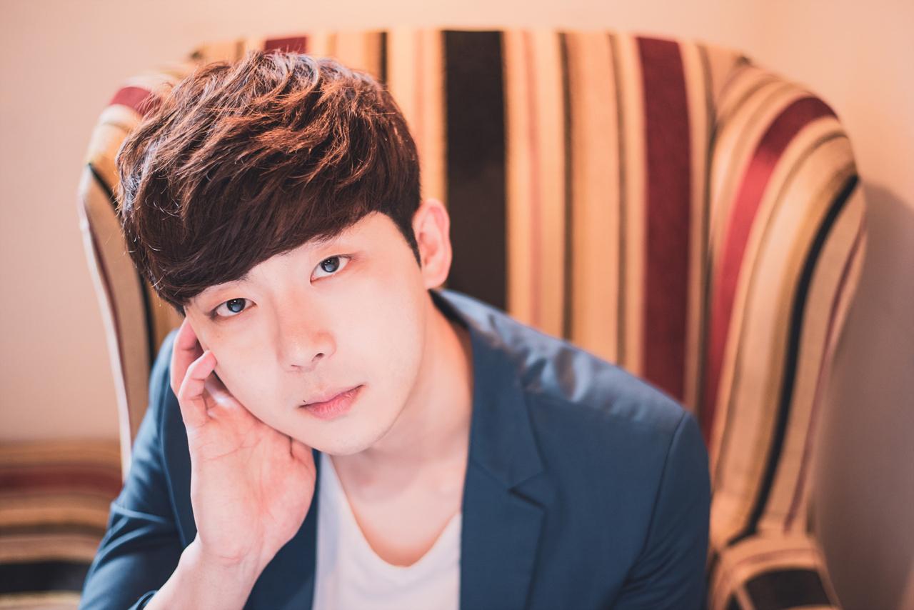 뮤지컬 <6시퇴근>에서 '고은호' 역을 맡은 배우 이민재가 포즈를 취하고 있다.