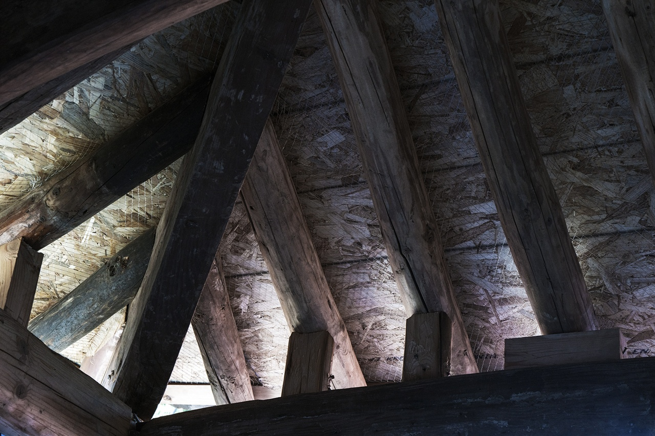 지붕을 만든다는 건 눈에 보이는 일이 전부가 아니다. 지붕을 지붕답게 하기 위해 속속들이 거쳐야 할 과정이 참으로 많다.