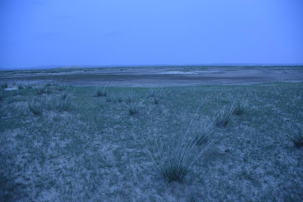 대평원 가운데 자리잡은 호수. 호수의 물이 말라버렸다. 한족들의 농사면적이 넓어지고 지하수 사용량이 늘어가자 이런 호수들이 점점 말라가고 있다고 한다.