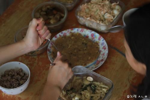 맛이란, 우리 살림맛이란, 우리 집 맛이란 무엇일까 하고 돌아봅니다. 집에서 아이들하고 함께 김치부침개를 반죽하고 부쳐서 먹으며 '살림맛'을 새삼스레 되새깁니다.