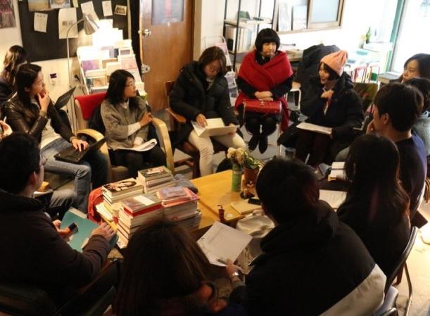 구의원 출마를 위한 스터디 중  2018년 초봄, 구의원 출마자와 이들을 지지하는 사람들이 모였다. 정보를 공유하고 향후 일정을 의논했다.