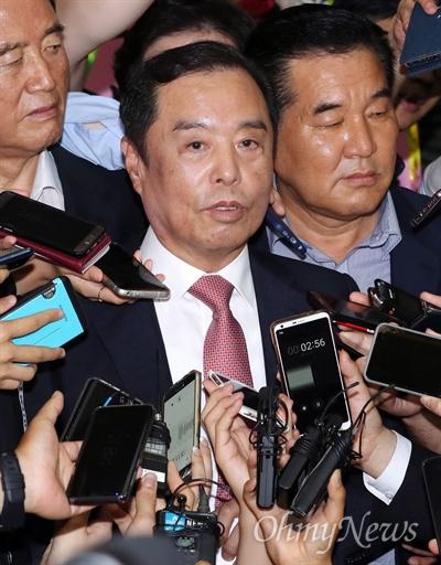 김병준 비대위원장에 쏠린 눈 자유한국당 김병준 비대위원장이 17일 오전 국회 의원회관에서 열린 제2차 전국위원회에 참석한 뒤 기자들에 둘러싸여 있다.