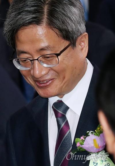 제헌절 경축식 참석한 김명수 대법원장 김명수 대법원장이 17일 서울 여의도 국회 로텐더홀에서 열린 제70주년 제헌절 경축행사에 참석하고 있다.