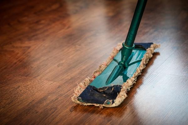 청소라면 45년 경력자다. 이제 방바닥 대신 복지관 바닥을, 손걸레 대신 대걸레를 들고 집이 아닌 복지관을 쓸고 닦고 있다. 그렇게 엄마의 청소 경력은 45년 6개월이 되었다