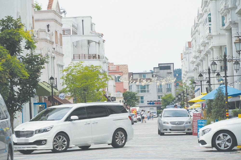 지중해마을이 아산시의 대표 관광명소로 알려지면서 주말이나 공휴일에는 하루평균 1500여 명의 관광객들이 찾고 있다. 그러나 주차장이나 화장실 등 편의시설이 부족해 관광명성에 찬물을 끼얹고 있다.