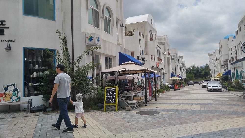 지중해마을은 초기 11명의 건물주들이 열린화장실 제공에 자발적으로 참여했으나 관광객이 늘면서 관리가 어려워지자 하나 둘 제공을 꺼리더니 지금은 2개소로 줄었다.