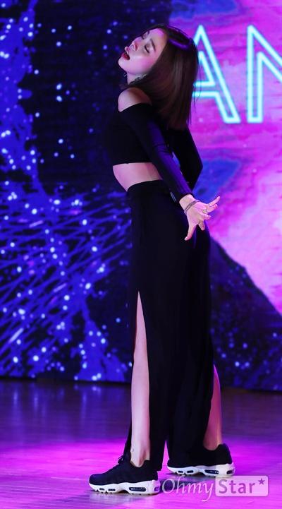 애슐리, 첫 솔로 첫 노출 첫 단발 걸그룹 레이디스 코드의 얘슐리가 17일 오후 서울 청담동의 한 공연장에서 열린 솔로 데뷔 기념 쇼케이스에서 수록곡 'ANSWER(앤써)'와 타이틀곡 'HERE WE ARE(히얼 위 아)'를 부르며 열정적인 무대를 선보이고 있다. 애슐리의 솔로 도전은 폴라리스 엔터테인먼트의 뉴 프로젝트인 '폴라리스 솔로'의 일환으로, 'HERE WE ARE(히얼 위 아)'는 여름 휴양지의 낮과 밤을 이야기한 앨범이다.