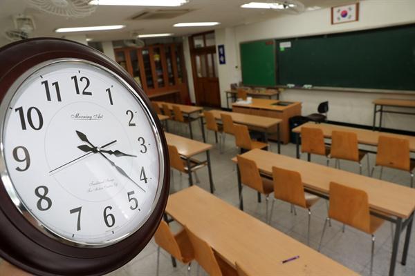 폭염이 이어진 17일 오후 단축수업을 한 대구시 수성구 한 중학교 교실이 텅 비어있다. 대구시교육청에 따르면 이날 오후 3시를 기준으로 대구에서 모두 63개 학교(초교 5, 중학교 57, 고교 1)가 단축수업을 했다.