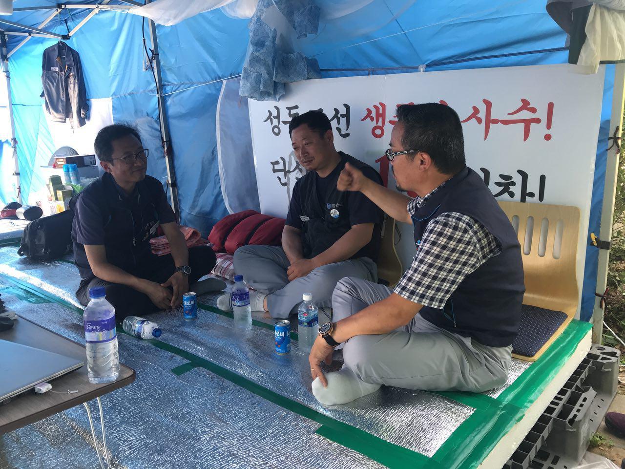 농성장 찾은 김명환 위원장 김명환 위원장이 단식농성 중인 성동조선 강기성 지회장을 찾았다.