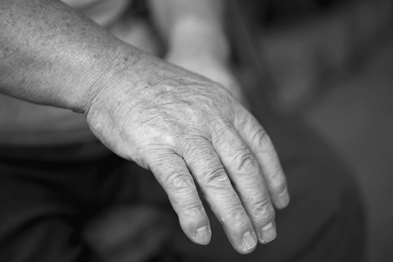 거친 손 안 해본 일이 없었던 손가락의 손톱도 거칠기만 하다.