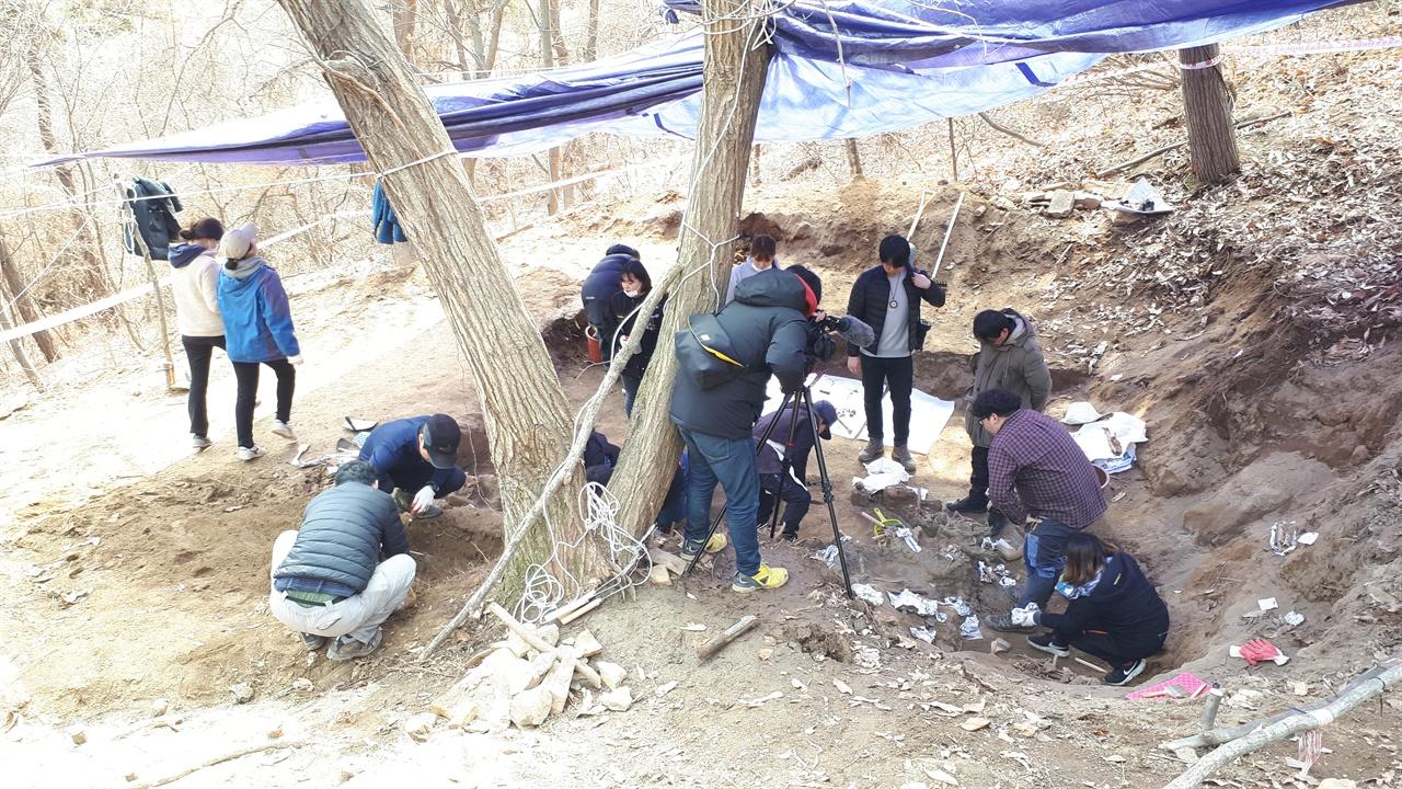 유해발굴지1 발굴 당시 유해가 묻힌 현장. 발굴단은 사진 가운데 서 있는 밤나무 아래 뒤엉킨 유해가 너무 많아 별 수 없이 나무를 베어야 했다고 전했다.