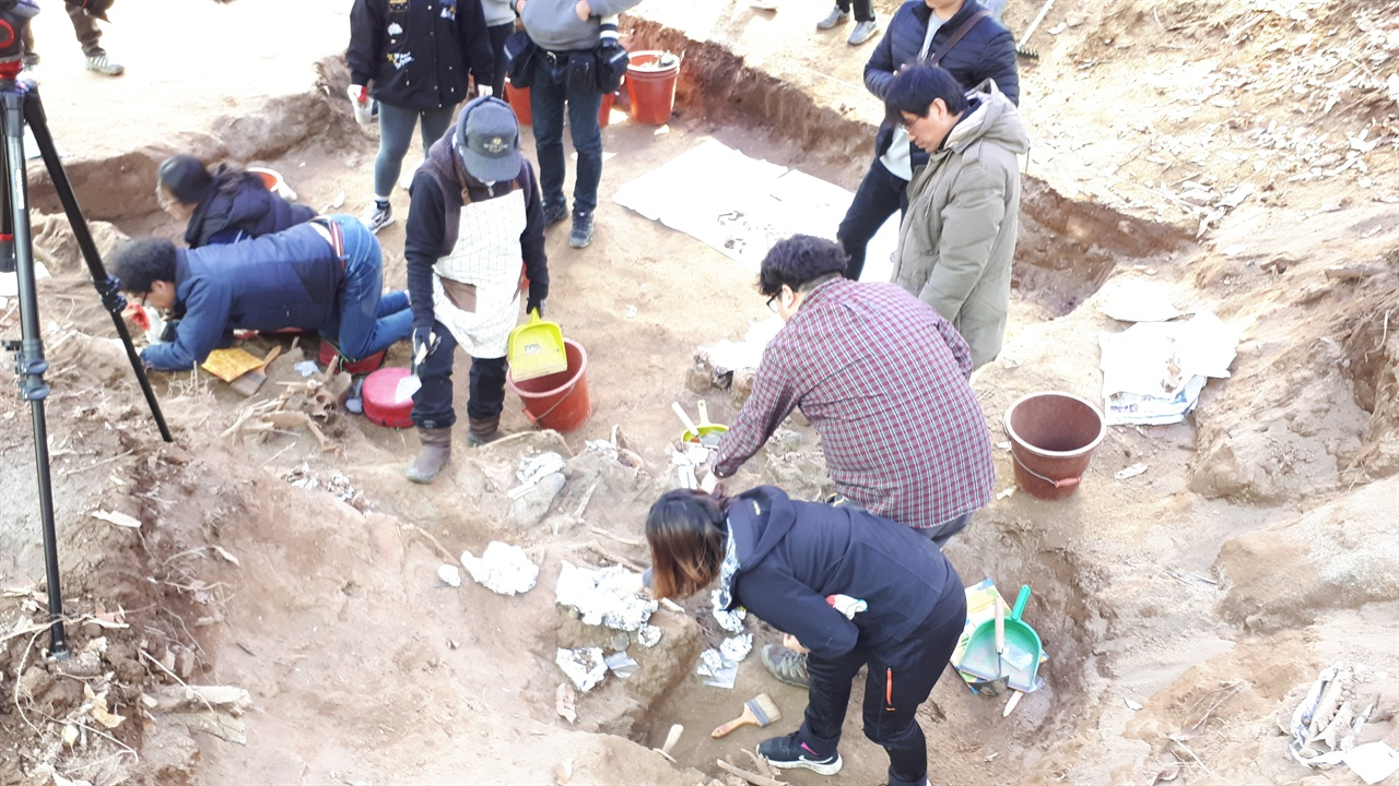 유해발굴지2 발굴단은 배방 유해발굴지는 부녀자와 어린아이 노인의 유해가 특히 많았다며 그 참혹함에 종종 발굴을 멈춰야 했다고 전했다.