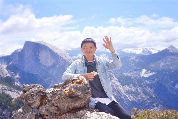 샌프란시스코 주 시에라 네바다 산맥의 요세미티 계곡 요세미티 포인트. 점심으로 만든 샌드위치를 먹는 필자 왼편으로 거대한 화강암 하프돔이 보인다. 하프돔 바위에는 인디언의 슬픈 사랑의 전설이 깃들어 있다.