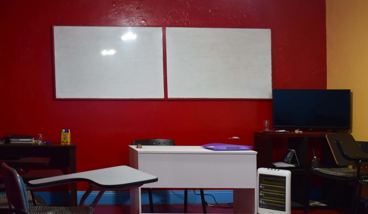 빨갛고 노란 벽의 색깔이 눈에 띄는 교실이다.