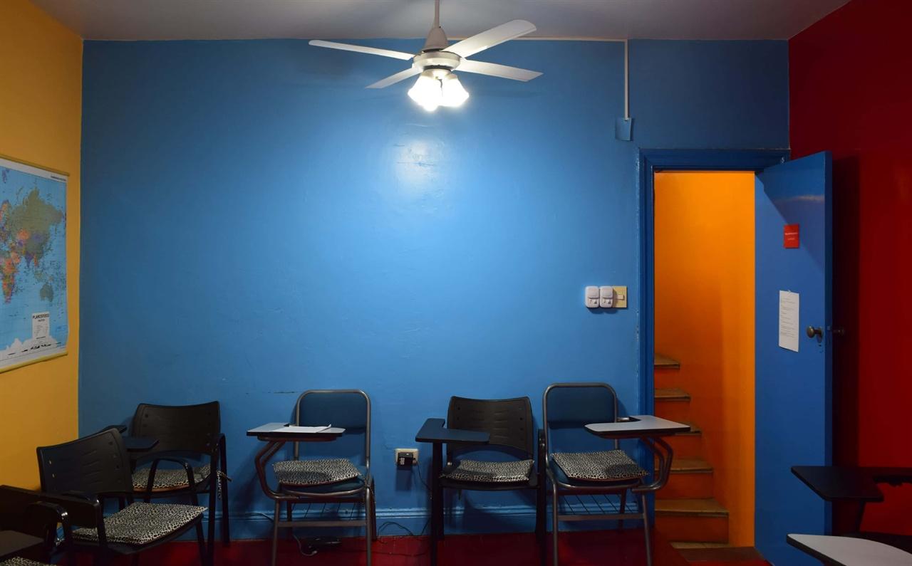 교실 뒤쪽의 벽은 파란색으로 전체적으로 색감이 독특하다.