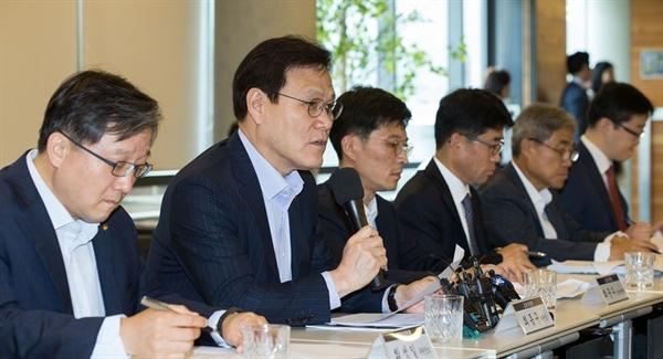 금융위원회는 18일 '금융 분야 마이데이터 산업 도입을 위한 간담회'를 개최해 유관기관, 금융권 협회 및 각계 전문가들과 도입방안을 논의했다. 최종구 금융위원장이 모두발언을 하고 있는 모습.