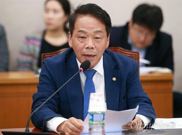 인사말하는 이완영 이완영 자유한국당 의원이 18일 오전 서울 여의도 국회에서 열린 법제사법위원회의 전체회의에 참석해 인사말을 하고 있다.