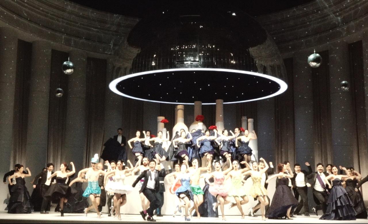 국립오페라단 '유쾌한 미망인'. 화려한 춤과 충실한 성악과 연기로 오페레타 장르의 매력을 선사했다.