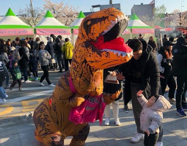 공룡탈을 쓴 구의원 예비후보 2018년 3월 금천구청 앞마당에서 열린 벚꽃축제에서 공룡탈을 쓴 채 선거운동에 나섰다. 아이에겐 즐거움을, 부모들에겐 선거 명함을 건넸다.