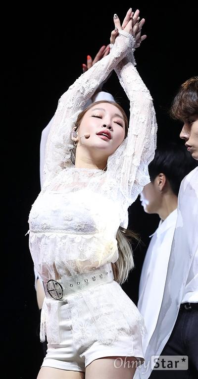 청하, 유망주에서 차세대 아티스트로! 가수 청하가 18일 오후 서울 회현동의 한 공연장에서 열린 세번째 미니앨범 <블루밍 블루(Blooming Blue)> 발매 기념 쇼케이스에서 타이틀곡 '러브 유(Love U)'를 부르며 화려한 무대를 선보이고 있다. '러브 유(Love U)'는 데뷔곡 '와이 돈츄 노우(Why Don't You Know)'를 탄생시킨 프로듀싱 팀 오레오와 다시 한 번 호흡을 맞춘 곡이다.
