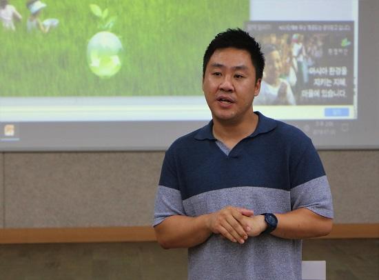 푸른들영농조합법인이 걸어온 길을 설명하고 있는 김봉수 부장. 푸른들은 350여명 조합원이 가입했고, 연 매출 500억원을 달성하는 영농조합이 됐다.
