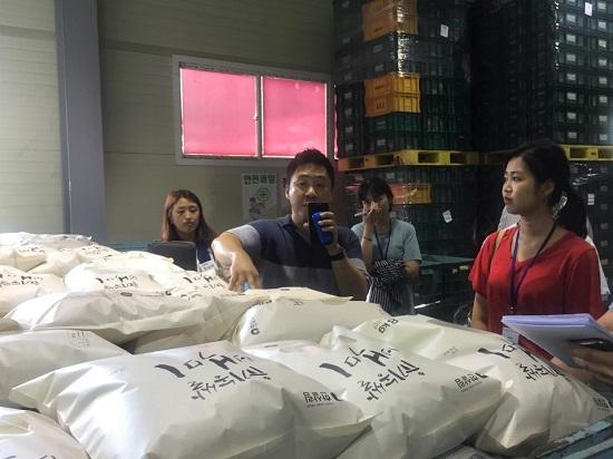 푸른들 김봉수 부장과 대산농촌재단 연수생들은 농작물이 보관된 시설을 둘러봤다.