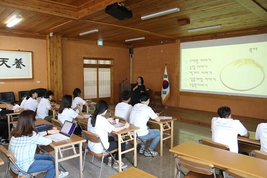 연평균 5000여명 교육생이 찾는 우리원교육관에서 전양순 씨 발표를 듣고 있는 연수생들.