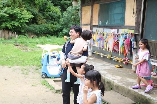 '신나는 놀이터' 선생님들과 원생들이 어린이집을 방문한 연수단을 반겼다.