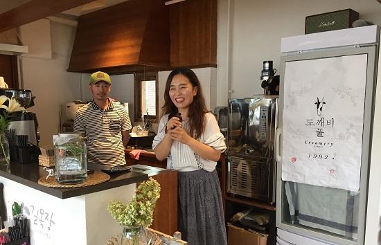 길목장 크리머리 정찬섭 대표와 아내 김유진 씨가 연수생들에게 길목장의 가치와 농촌의 삶에 관해 이야기하고 있다.