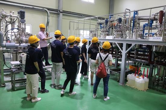 대산 연수생들이 바이오 연료 생산공정이 이뤄지는 시설을 견학하고 있다.