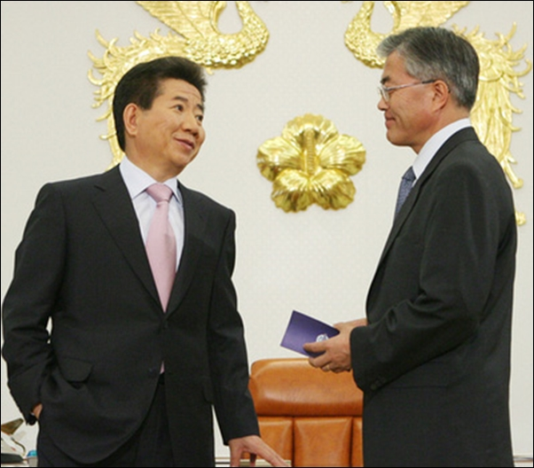 참여정부 시절, 청와대 집무실에서 이야기를 나누고 있는 노무현 대통령과 문재인 비서실장.