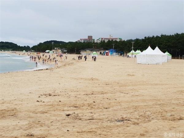 속초연안정비사업 이후 바닷모래가 유입되면서 지난 6일 개장한 속초해수욕장이 넓은 모래벌판을 이루고 있다.