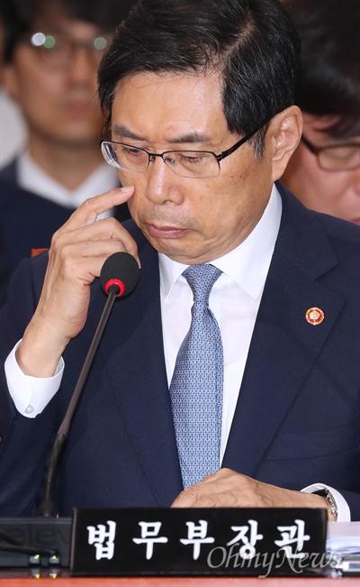 국회 법사위 출석한 박상기 장관 박상기 법무부 장관이 19일 서울 여의도 국회에서 열린 법제사법위원회 전체회의에서 의원들의 질의를 듣고 있다.